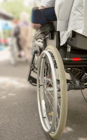 Gros plan de la roue d'un fauteuil roulant Banque d'images - 89267490