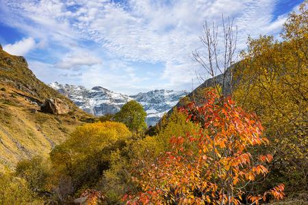 Blick auf den Talkessel von Troumouse in den Pyrenäen Standard-Bild - 89745669