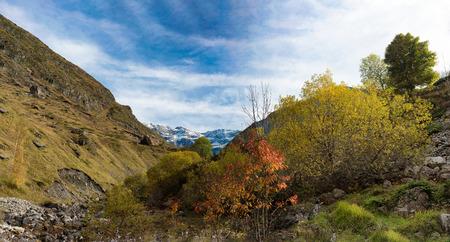 Blick auf den Talkessel von Troumouse in den Pyrenäen Standard-Bild - 89537585