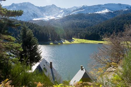 Um lago de Payolle nos Pireneus franceses Foto de archivo - 89718950