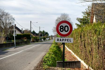 een limietsnelheid op 80 km  u op de Franse wegen