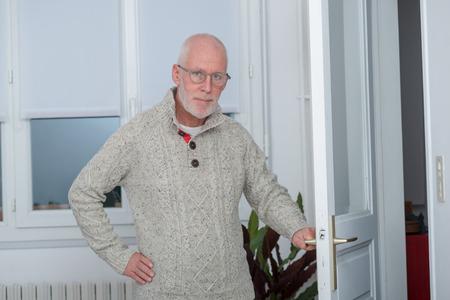 Zufälliger Alter Mann In Der Lederjacke, Die Das Okayzeichen