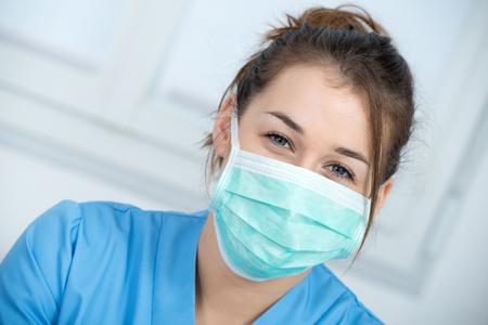 portrait d & # 39 ; une jeune infirmière avec un masque