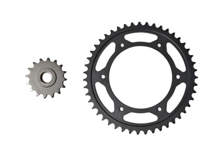 Ritzel und Zahnkranz für das Kettenmotorrad lokalisiert auf Weiß