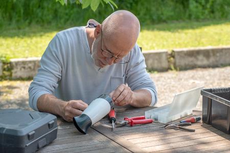 a man repairing a hair dryer for woman Фото со стока - 102219065
