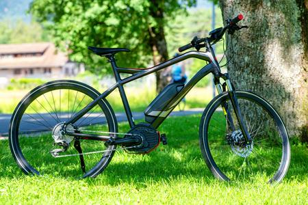 een elektrische mountainbike op het gras Stockfoto