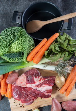 viande et légumes pour la préparation d'un pot au feu français