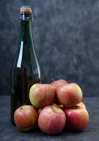 une bouteille de cidre et de belles pommes bio Banque d'images