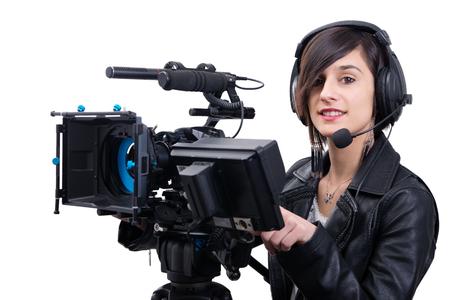 Mujer joven con cámara de vídeo profesional, DSLR, aislado en el fondo blanco. Foto de archivo