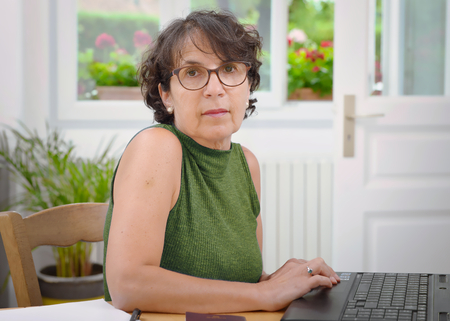 a portrait of a mature woman with glasses Imagens