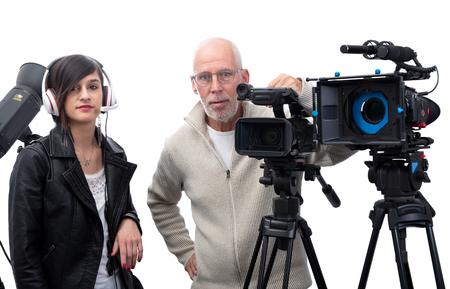 Un camarógrafo y una mujer joven con una cámara de cine DSLR aislado en el fondo blanco.