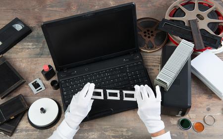 hand photographer digitize a film slide 35mm for saving Imagens