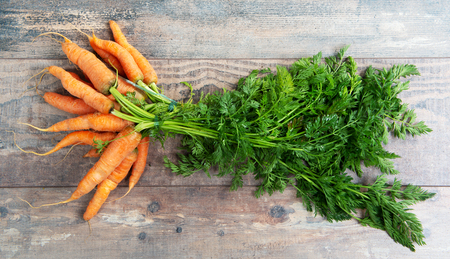 Fresh and sweet carrot on the wooden background Standard-Bild - 124988919