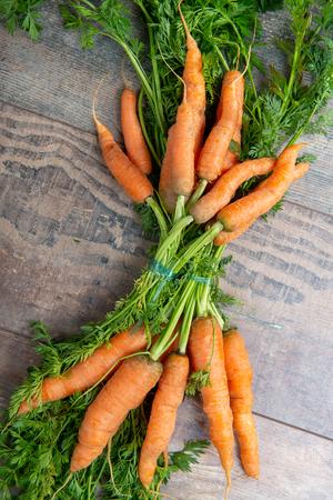 Fresh and sweet carrot on the wooden background Standard-Bild - 124988986