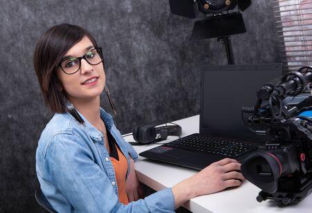 ładna młoda kobieta edytor wideo pracująca w studio Zdjęcie Seryjne
