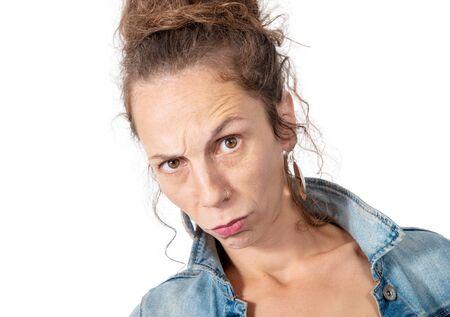 Retrato de mujer enojada aislado en el fondo blanco.