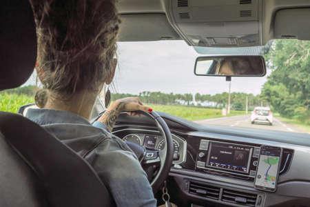 a young woman driving a car Foto de archivo