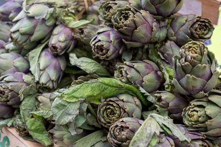 the organic artichokes on the marketplace, France Foto de archivo