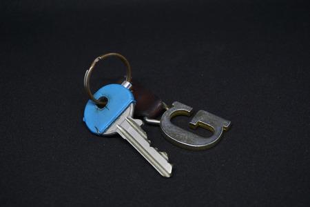 Une clé bleue avec des porte-clés