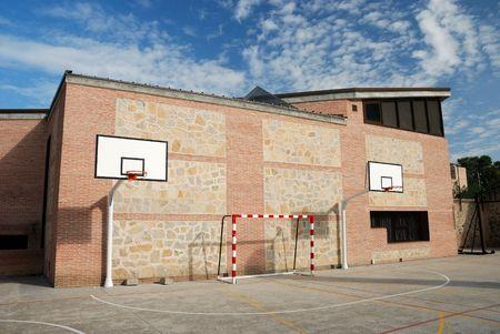Un tribunal de baloncesto en una escuela