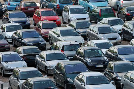 rows: Partijen van auto parkeren in de stad Stockfoto