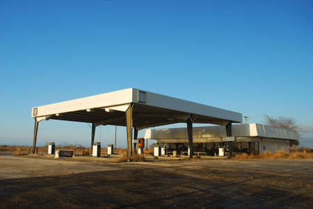 benzin: Abandoned gas station in the southern USA