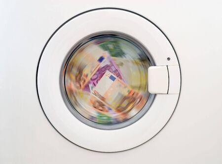 dinero euros: laundring dinero en la lavadora  Foto de archivo
