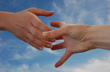 pacto: Ayudar a mano con el cielo de fondo