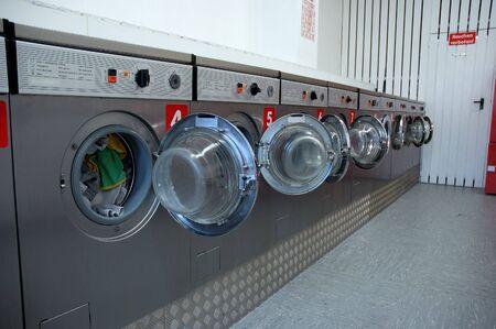 laundromat: launderette
