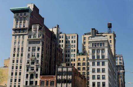 artdeco: Edificios antiguos en la ciudad de Nueva York con fachada Art Deco