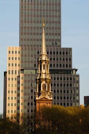 artdeco: Iglesia en frente de un rascacielos, la ciudad de Nueva York