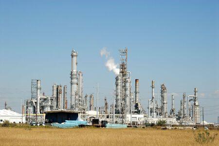 oil refinery: Modern oil refinery
