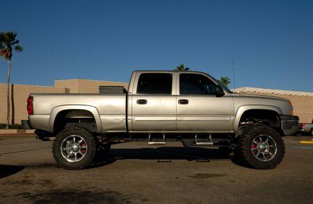pickup truck: American camioneta en el estacionamiento