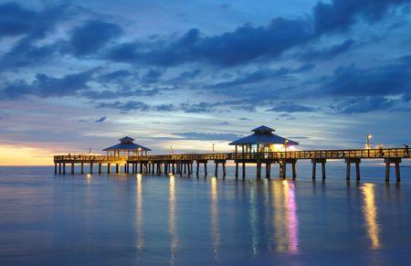 Fort Myers Pier bij zonsondergang, Florida USA