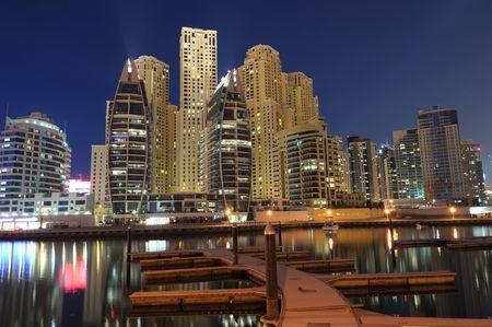 jachthaven: Dubai Marina Residence Luxury bij nacht. Dubai, Verenigde Arabische Emiraten