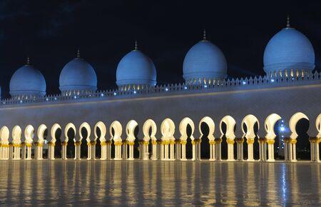 Verenigde Arabische Emiraten: Sheikh Zayed Mosque in de nacht. Abu Dhabi, Verenigde Arabische Emiraten  Stockfoto