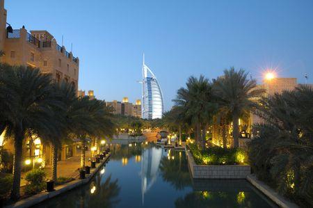 Verenigde Arabische Emiraten: Madinat Jumeirah en Burj Al Arab in de nacht. Dubai Verenigde Arabische Emiraten