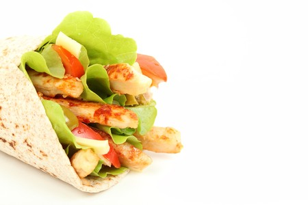 wraps: Envoltura de tortilla integral con franjas de pollo y lechuga  Foto de archivo