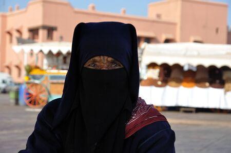 burka: Ritratto di donna in piazza Djemaa el-Fna a Marrakesh berbera. Foto scattata al 22 novembre 2008