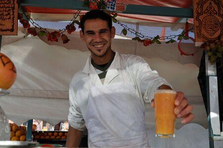 marrakesh: Venditore di succo d'arancia in piazza Djemaa el Fna a Marrakesh in Marocco. Foto scattata al 22 novembre 2008