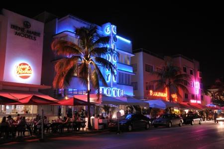 artdeco: Distrito de Deco de arte Miami South Beach at Night, Florida. Foto tomada en el 11 de noviembre de 2009