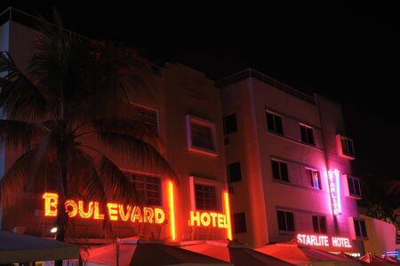 artdeco: El Art Deco Hoteles iluminada por la noche. Miami South Beach, Florida. Foto tomada en el 11 de noviembre de 2009  Editorial