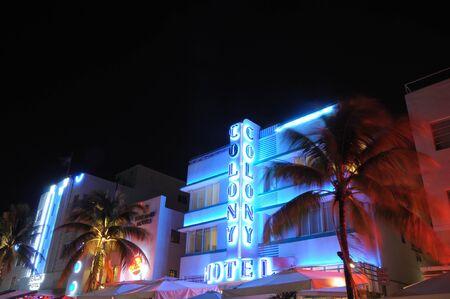 artdeco: El hotel de Colonia iluminada por la noche. Distrito de Deco de arte de Miami, Florida. Foto tomada en el 11 de noviembre de 2009