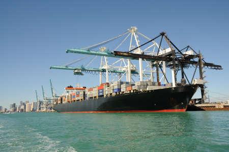 14th: Barco de contenedores en el puerto industrial en Miami, Florida. Foto tomada en el 14 de noviembre de 2009