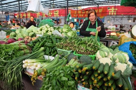 campesino: Mercado de verduras en Shanghai, China. Foto tomada en el 18 de noviembre de 2010 Editorial
