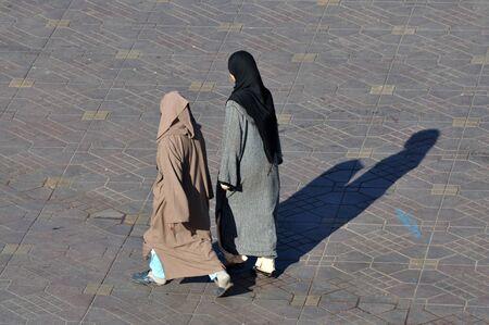 mujeres musulmanas: Dos mujeres musulmanas caminando en Marrakech, Marruecos. Foto tomada en el d�a 10 de noviembre de 2008