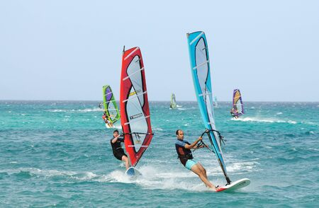 windsurf: Windsurf en la isla Canaria de Fuerteventura, España. Foto tomada en el 2 de junio de 2009