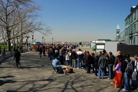 liberty island: Turisti in attesa per il viaggio a Liberty Island, New York. Foto scattata al 16 aprile 2008 Editoriali