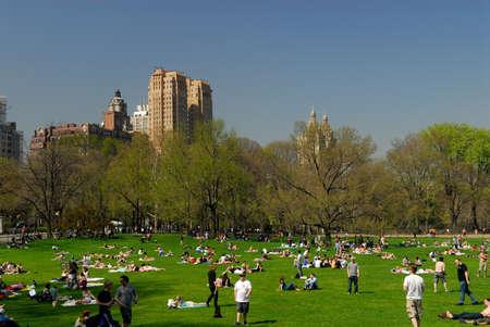 garden city: Personas relajantes en el Central Park, Nueva York.  Foto tomada en el 18 de abril de 2008