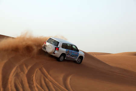 Verenigde Arabische Emiraten: Dune Bashing in Dubai, Verenigde Arabische Emiraten. Foto genomen op 06 juni 2011 Redactioneel